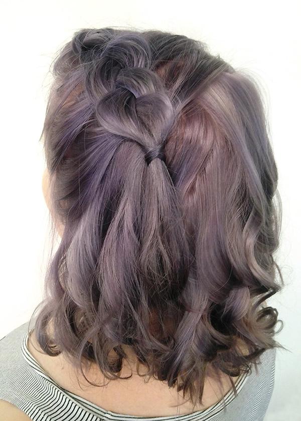 Violetit hiukset viimeistelty lettikampauksella